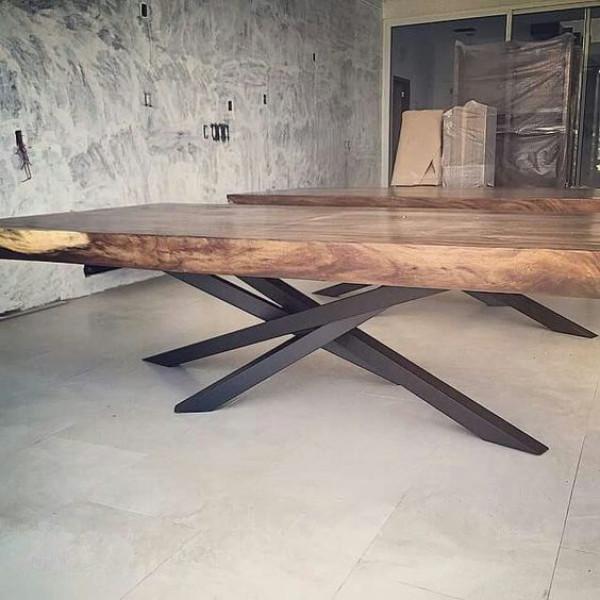 Τραπέζι με μασίφ ξύλο